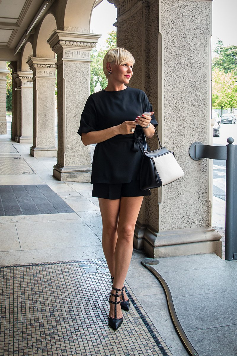 костюм от Виктории Бэкхем с туфлями Valentino Rockstud