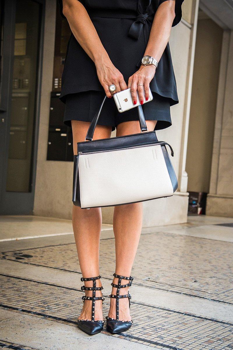 костюм от Виктории Бэкхем с туфлями Valentino Rockstud и сумкой