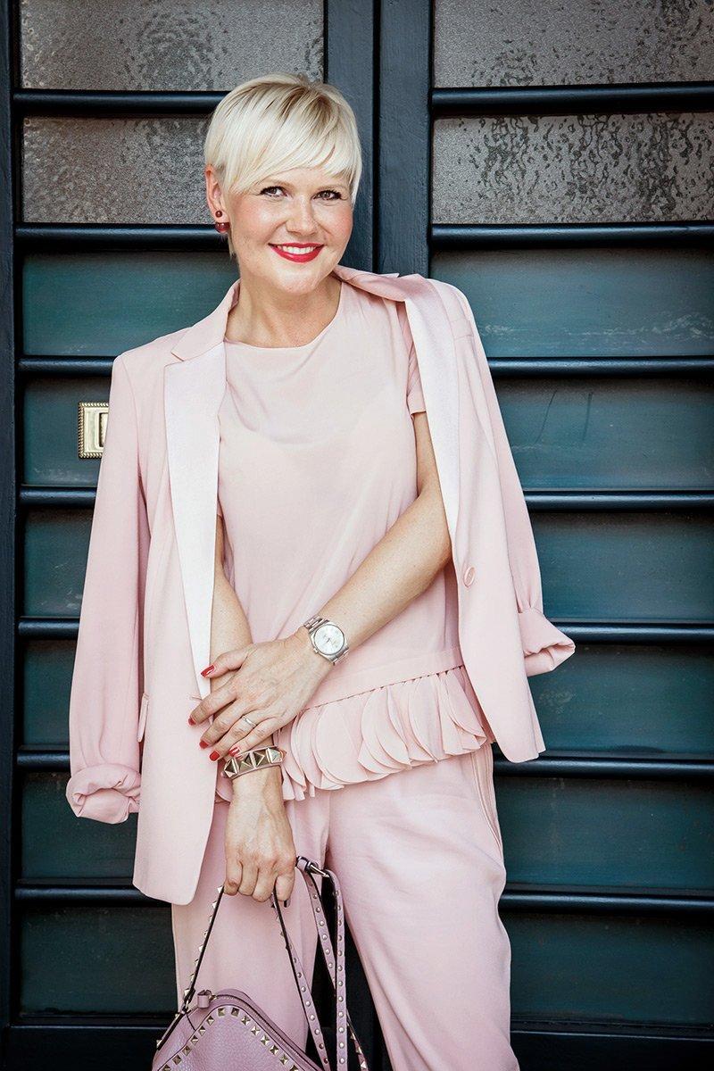Розовый костюм Donna Karan c Valentino Rockstud